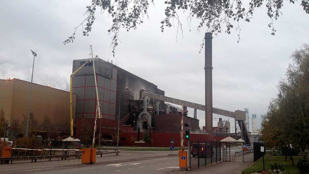 Raahen Rautaruukin tehtaan seinään asennettiin SSAB:n kyltit 2.10.2014
