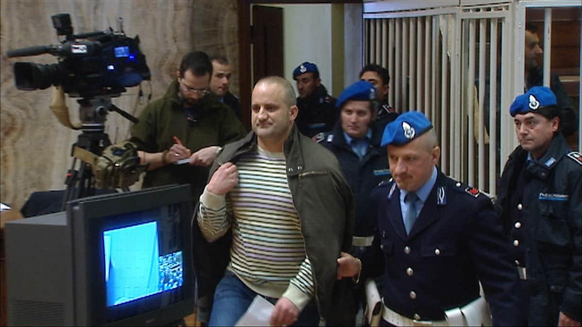 Carlo Cosco tuomittiin vaimonsa Lean murhasta 25 vuoden vankeuteen Italiassa. Cosco kuului 'Ndrangheta –mafiajärjestöön, jota vastaan Lea oli ryhtynyt todistamaan.