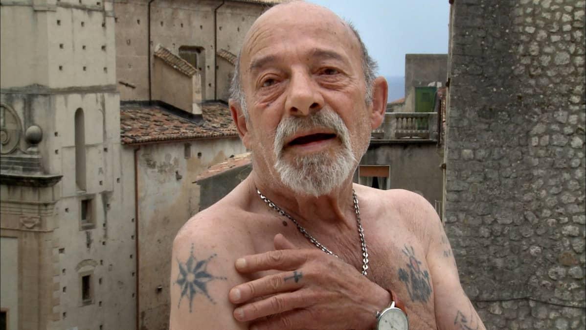 Mafian merkitsemä mies. Calabrian maakunta on 'Ndrangheta-mafian aluetta.