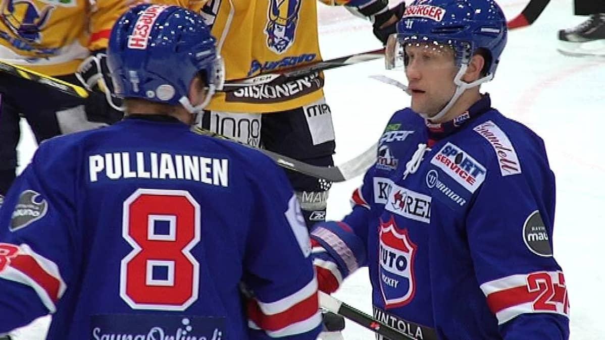 Tuukka Pulliainen ja Timo Pärssinen neuvottelevat.
