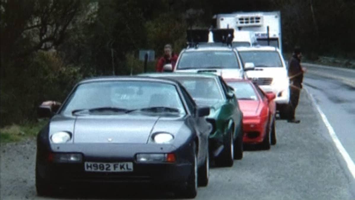 Sarjan kuvauksissa käytettyjä autoja. Ensimmäisenä jonossa kiistanalainen Porsche.