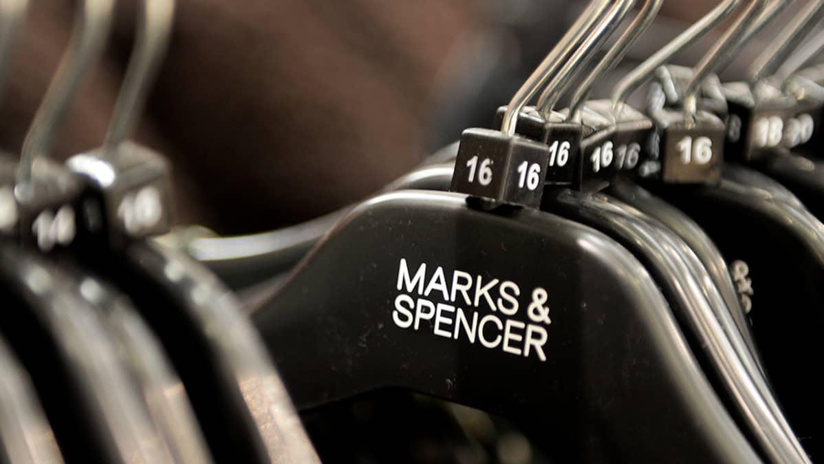 Vaatehenkareita Marks & Spencerin liikkeessä Lontoossa.