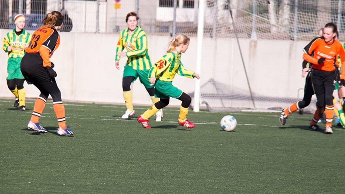 Tyttöjä pelaamassa jalkapalloa