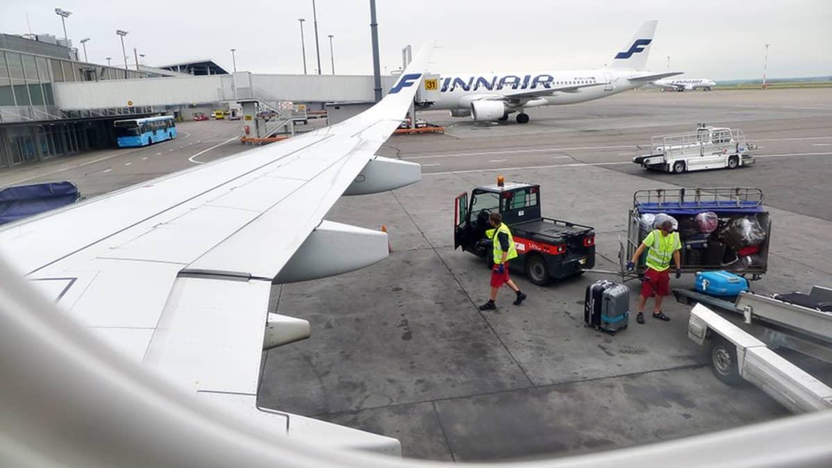 Matkalaukkuja lastataan lentokoneeseen.
