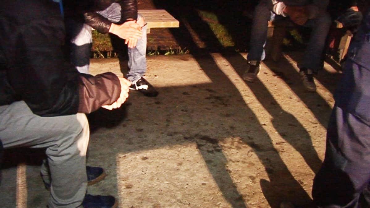 Nuorisoryhmässä voi syntyä ryhmäpainetta väkivaltaan.