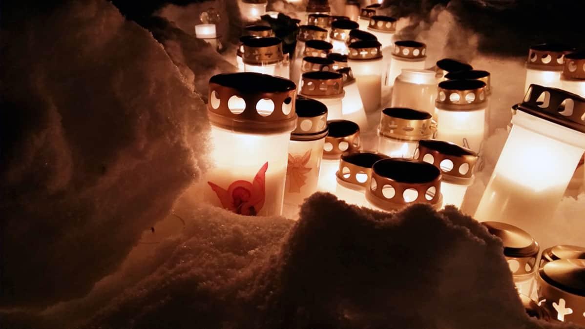 Hautakynttilöitä lumen keskellä