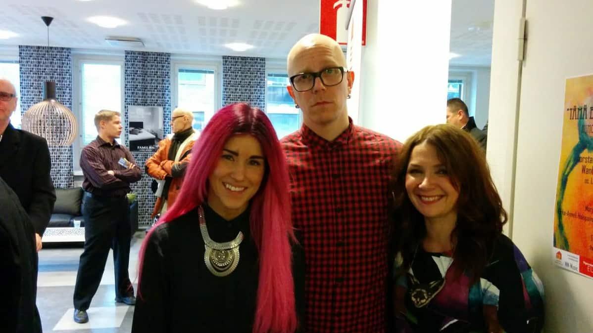 Jannika B, Toni Wirtanen ja Irina Saari poseeraavat.