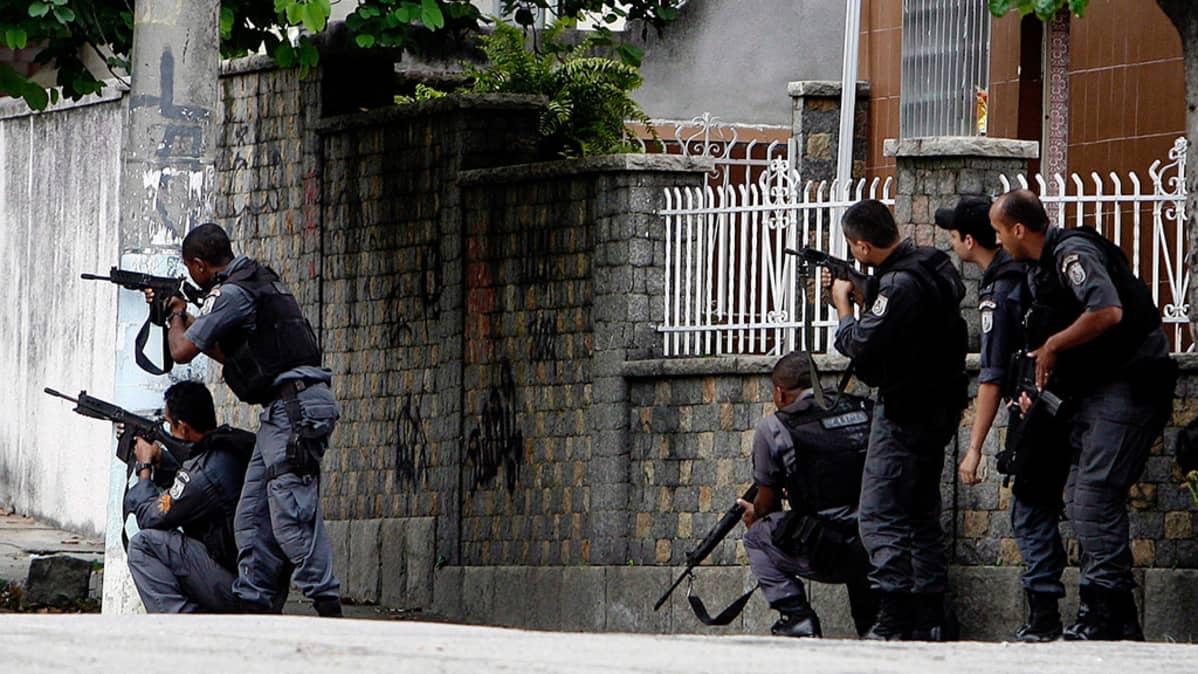 Brasilialaiset poliisit piirittävät huumekauppiaita Rio de Janeirossa.