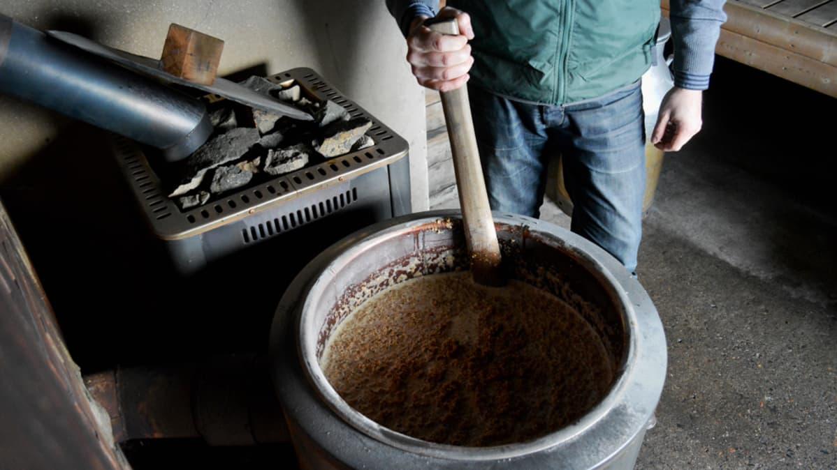 Aki Käräjäoja ja Nikke Kaartinen valmistavat sahtia saunan padassa.