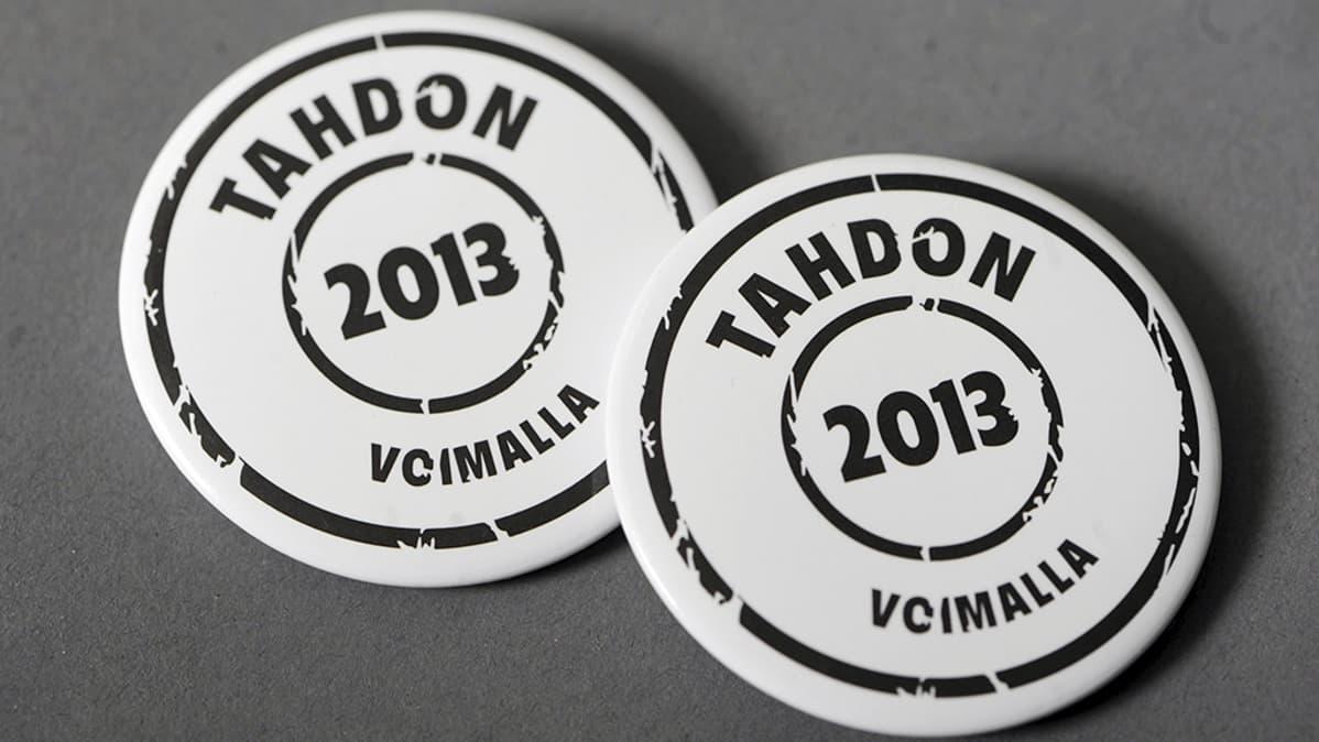 Sukupuolineutraalia avioliittolakia ajavan Tahdon 2013 -kampanjan  rintamerkkejä.