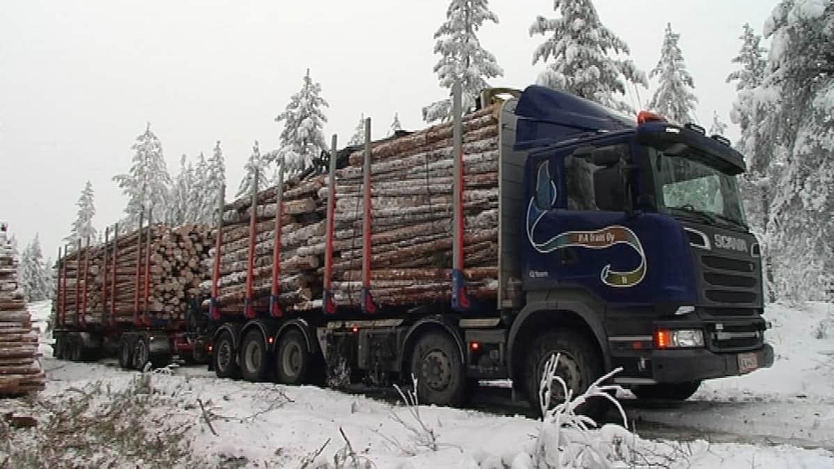 10 akselinen 84 tonnia painava perävaunuyhdistelmä.