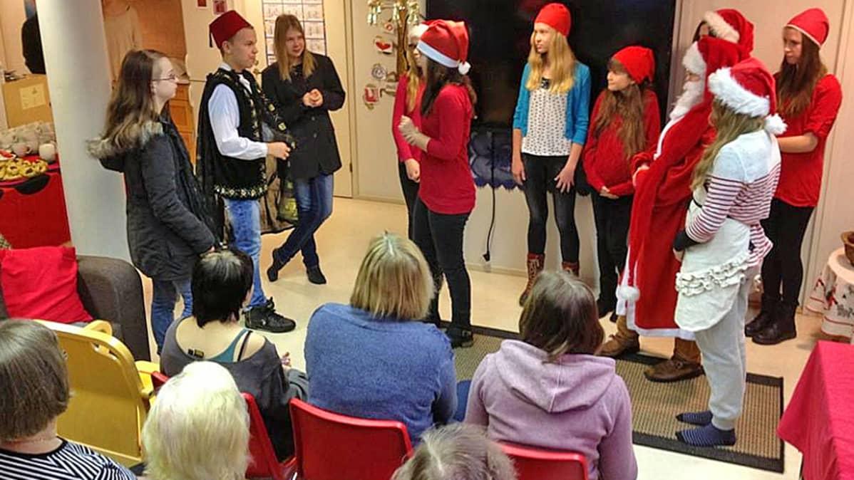 #lupavälittää - kampanjan myötä Tenetin koulun oppilaat esittivät Sotkamossa joulunäytelmän.