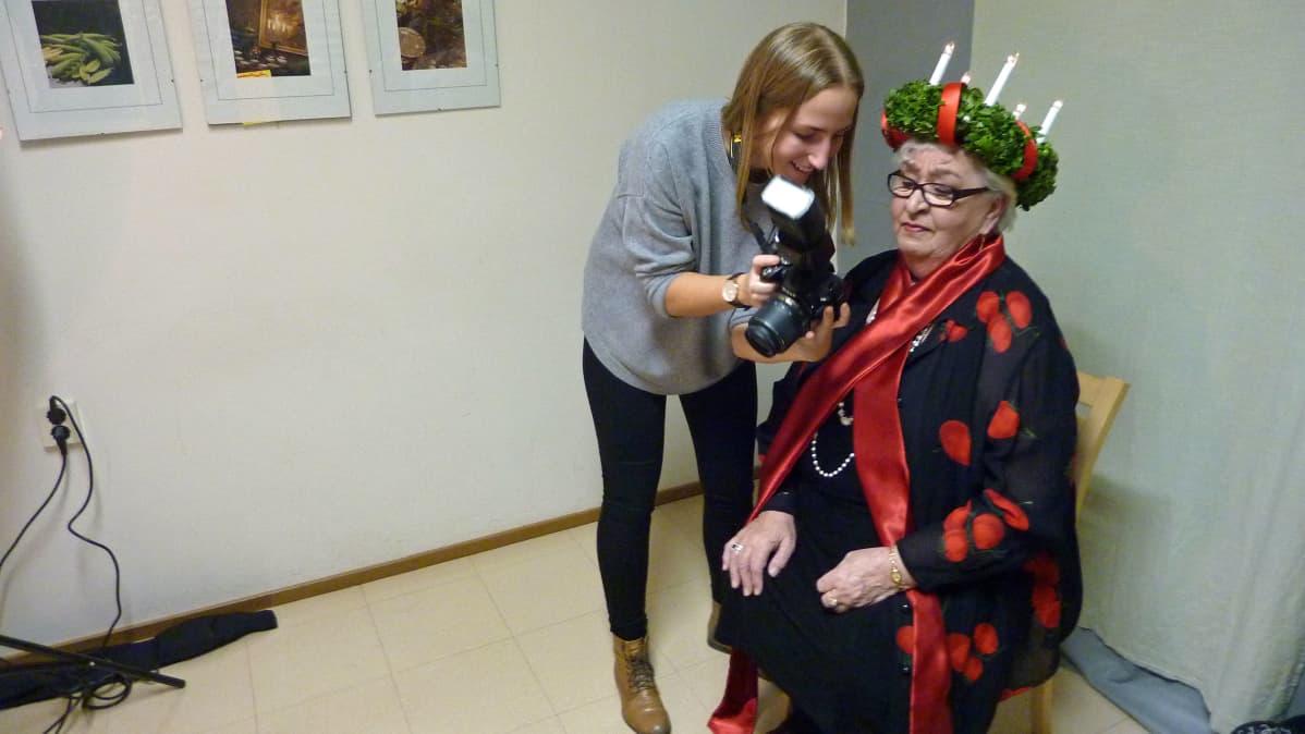 Lotta Kasi ja Lilja Sara tarkastavat, millaisia Lucia-kuvista tuli.