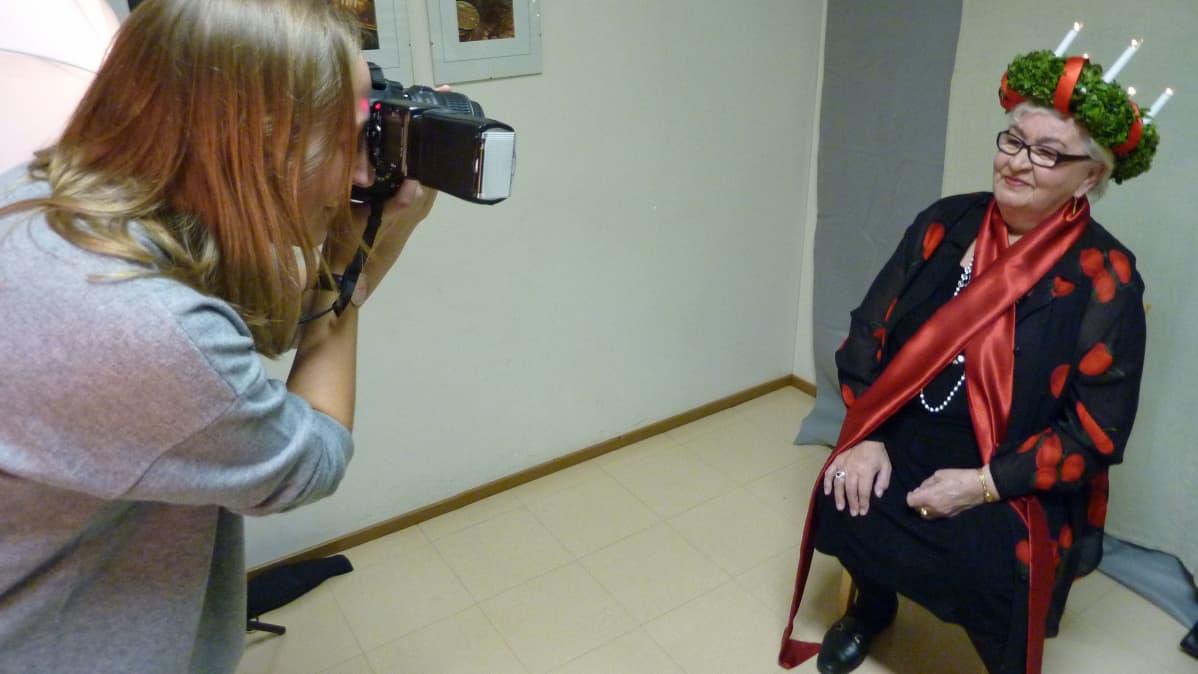Lilja Sara Lotta Kasin kuvattavana vaasalaisten Lucia-mummo 2014 -tempauksessa.
