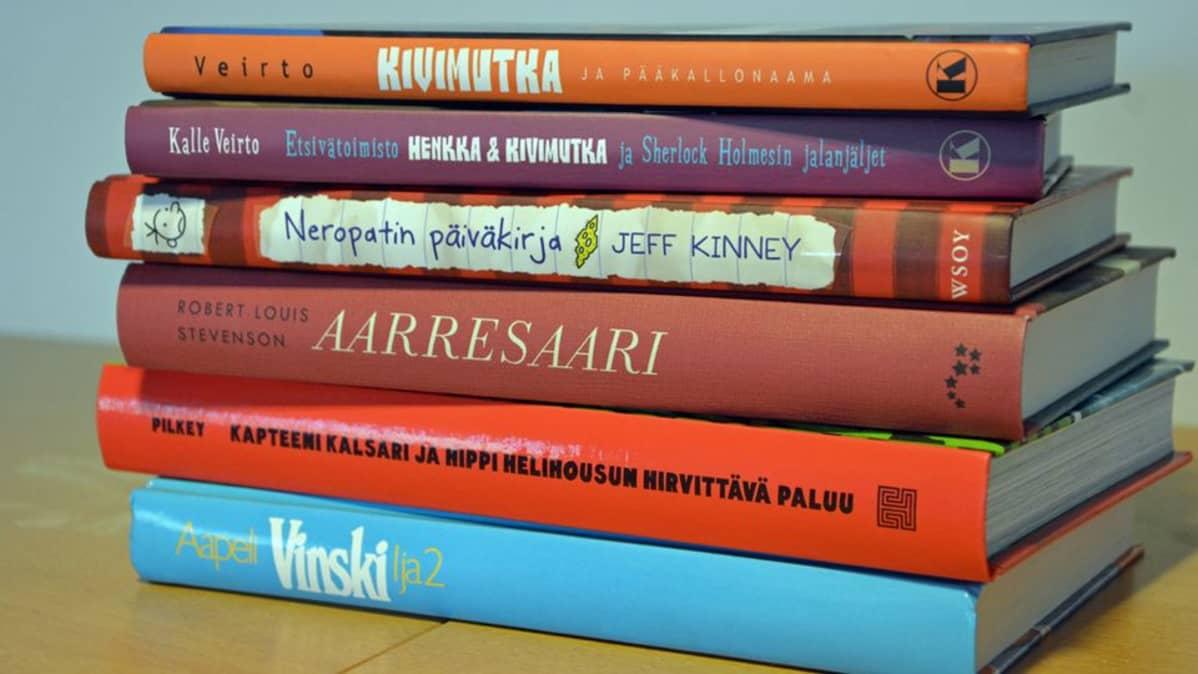 Pino lapsille ja nuorille suunnattuja kirjoja.