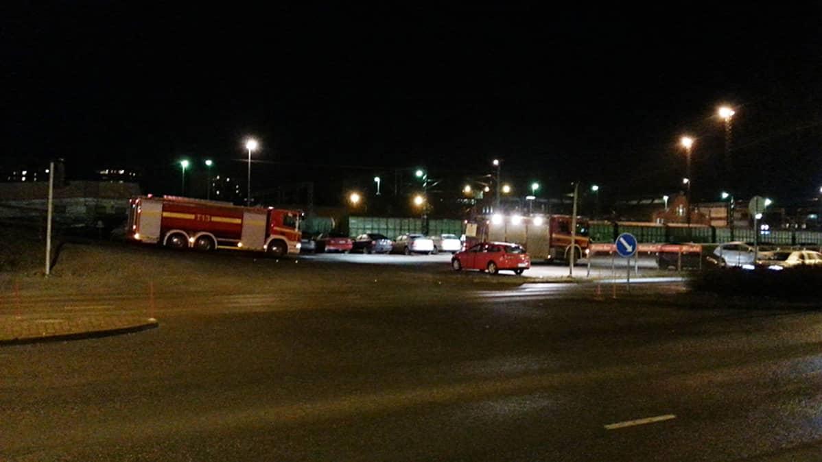 Pelastuslaitoksen autoja onnettomuuspaikalla Turussa.