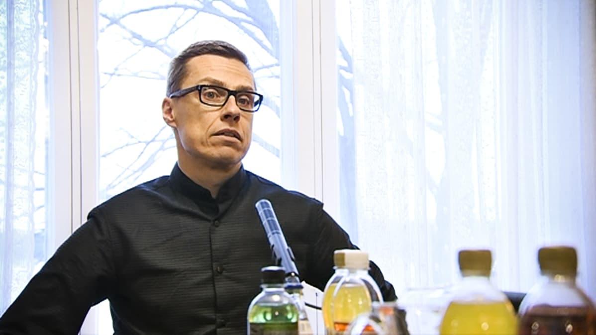 Alexander Stubb ennen pääministerin haastattelutunnin nauhoitusta 14. joulukuuta 2014.