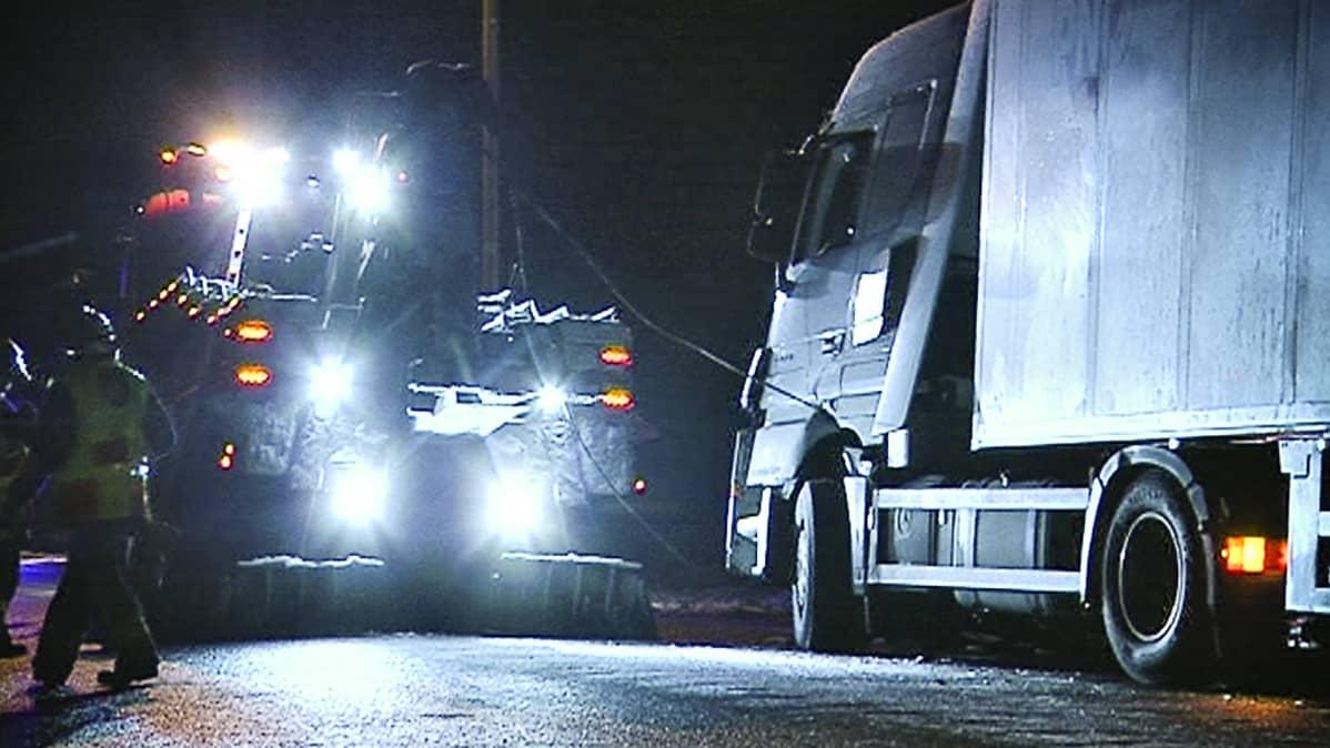 Pelastushenkilökunta valmistelee rekan siirtoa pois liikennettä haittaamasta.