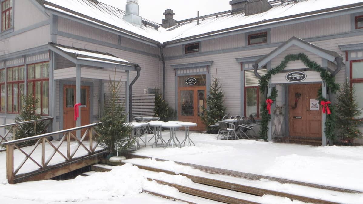 Joulukuusilla ja havuköynnöksillä voi koristeltu Saimatalo Savonlinnassa.