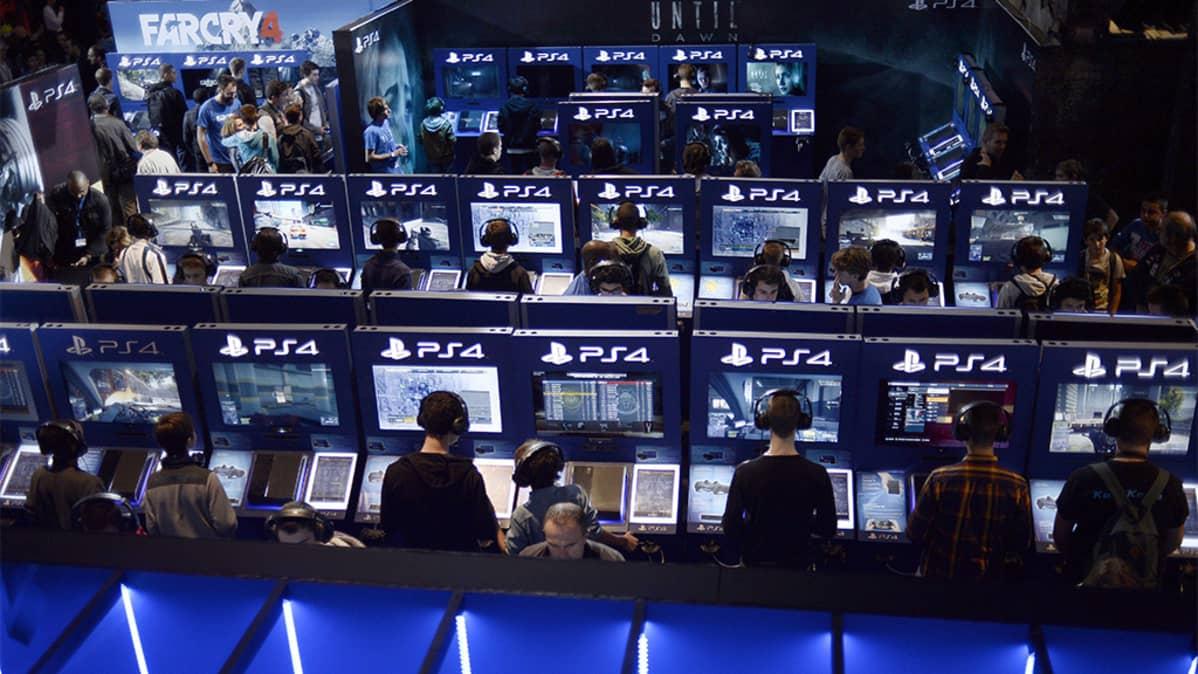 Lukuisia PS4-kioskeja pelimessuilla.