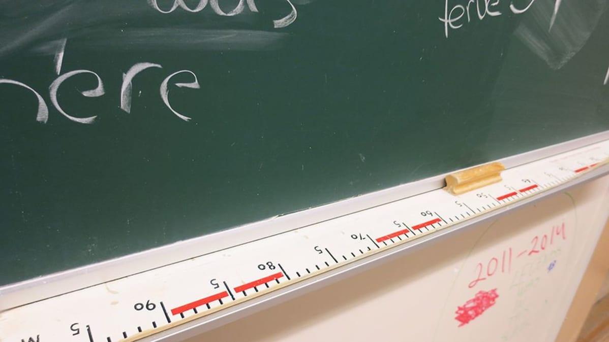 Pitkä metrimitta liitutaululla