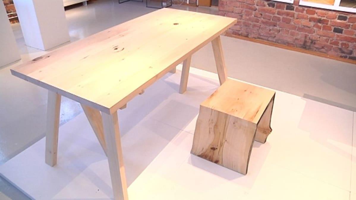 Puinen pöytä ja jakkara