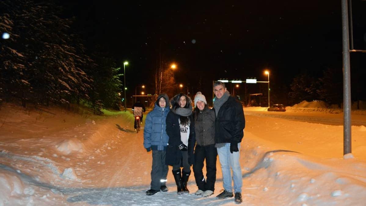 Venezuelesta Espanjaan ja sieltä Suomeen muuttanut nelihenkinen perhe uuden kotikaupunkinsa Kajaanin talveisella kadulla lumen ja pimeän keskellä.
