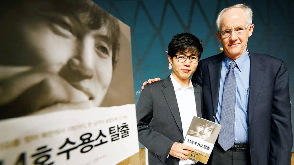 Shin Dong-hyuk ja Blaine Harden esittelevät Leiri 14 -kirjaa Etelä-Koreassa.