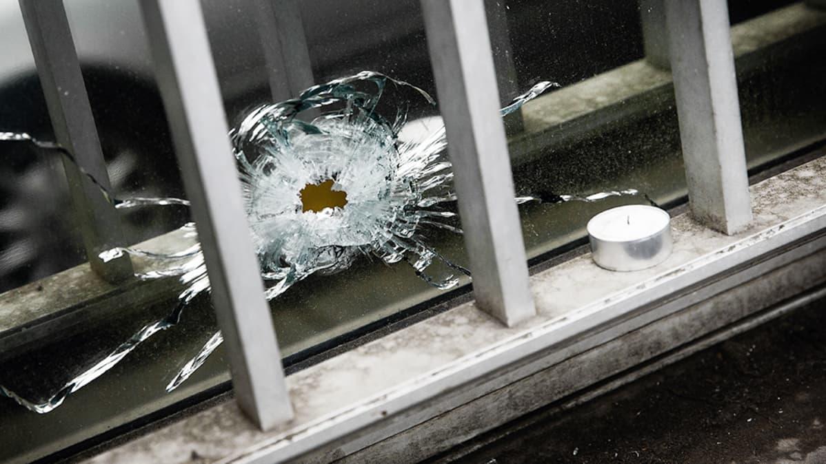 Luodinreikä Charlie Hebdon toimituksen ikkunassa Pariisissa.