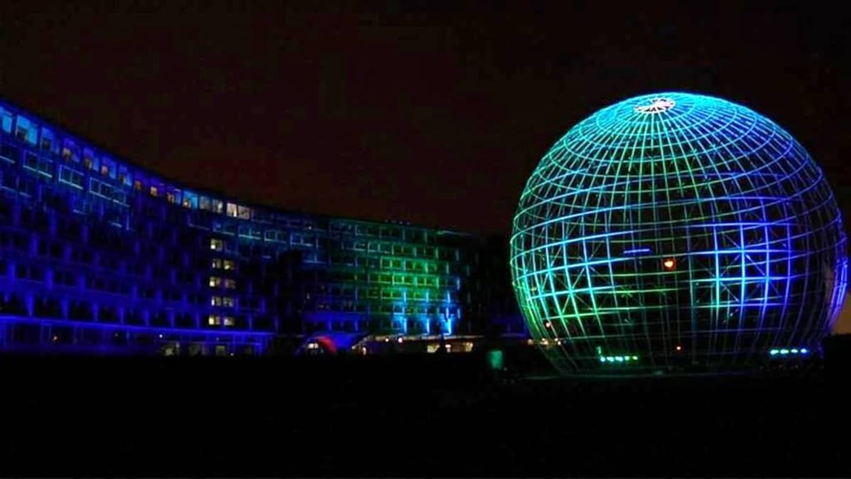 Kari Kolan valotaideteos Pariisissa