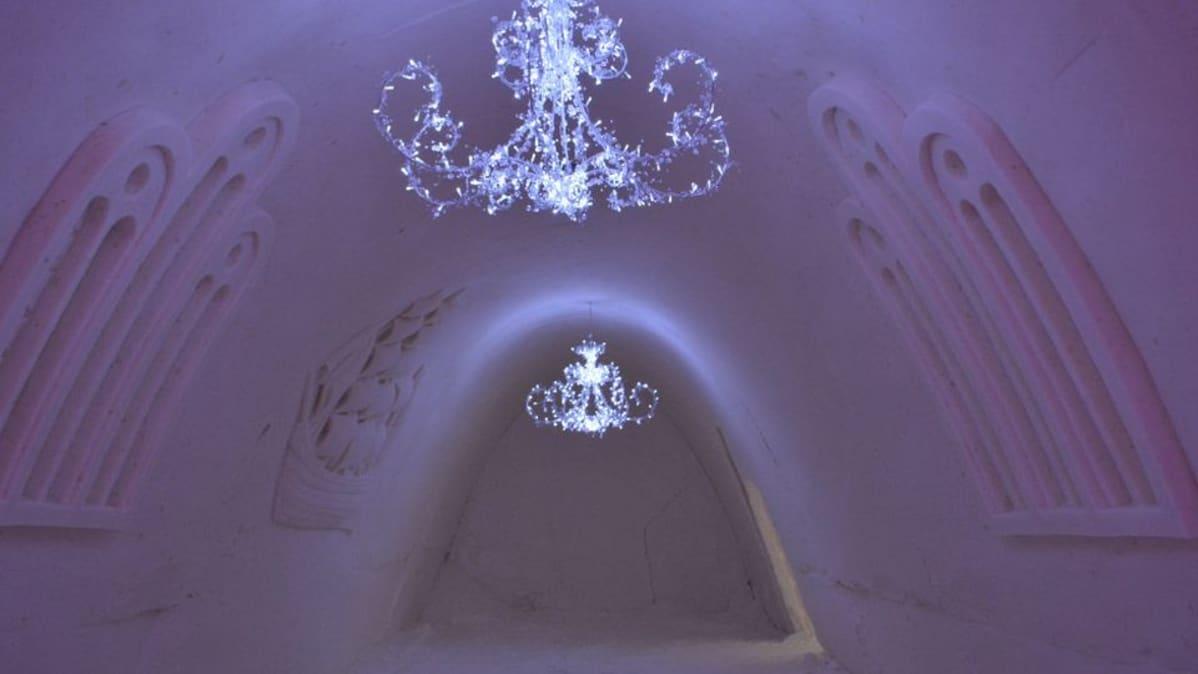 Kristallikruunut lumilinnan katossa