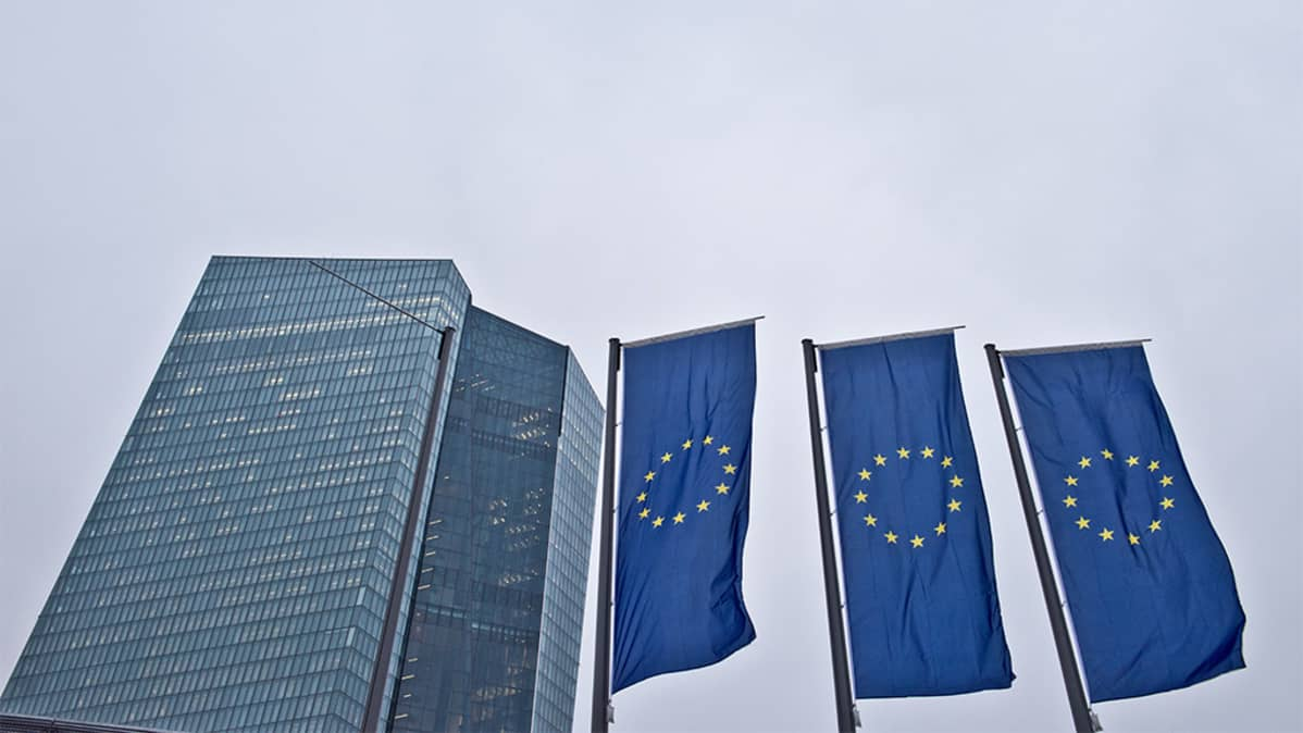 Pilvenpiirtäjä ja kolme EU-lippua.