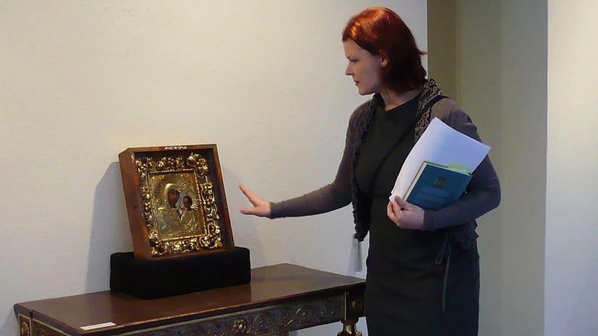 Riihimäen taidemuseon amanuenssi Jenni Pääskynen ja ikoni Kazanin Jumalanäiti