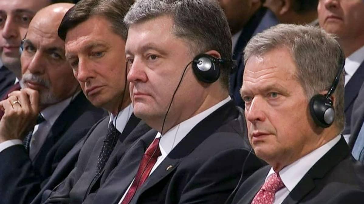 Niinistö istui Ukrainan presidentin vieressä kuuntelemassa Merkelin puhetta.