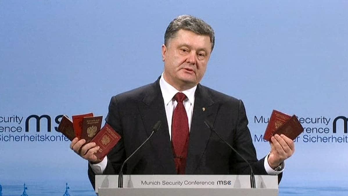 presidentti pitelee käsissään kuutta passia
