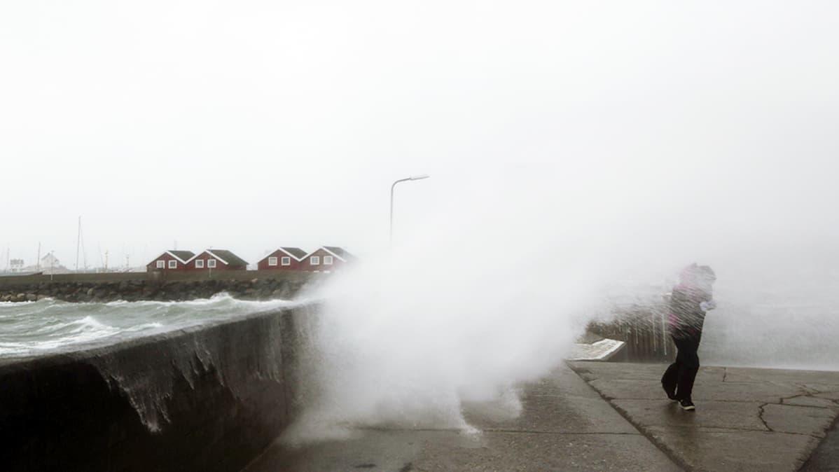 Myrskyn nostattama vesi pärskyy rantakadulle Norjassa.