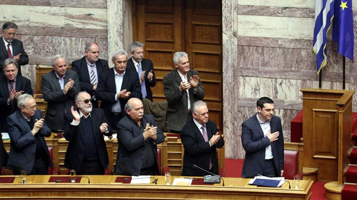 Kreikan hallituksen jäsenet osoittivat suosiotaan pääministeri Alexis Tsipraksen