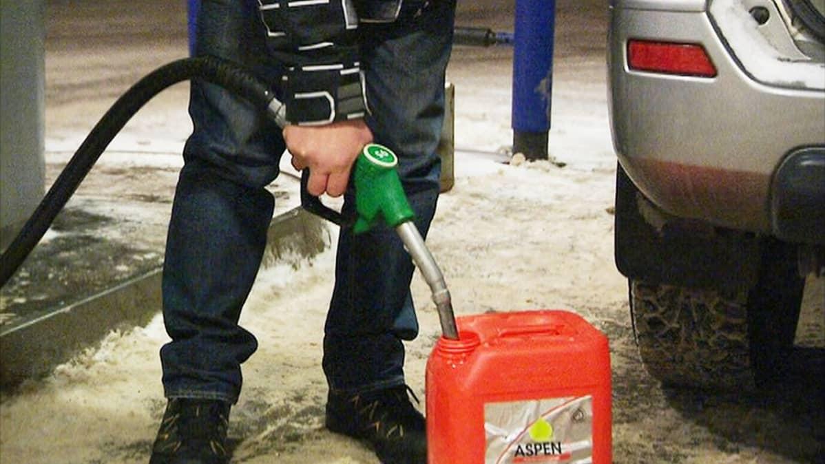 Bensa tankkaus tankkaaminen rupla hinta polttoaine Svetogorsk Venäjä