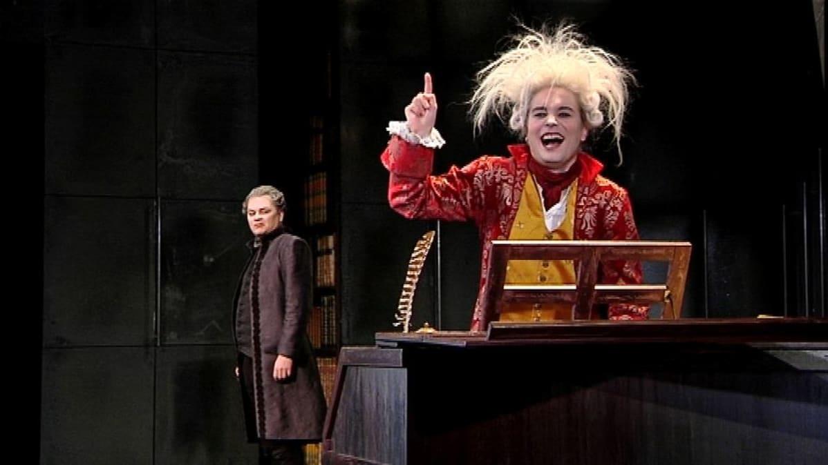 Esa Ahonen kertojana ja Salierina. Topi Kohonen nuori nero Amadeus Mozart.