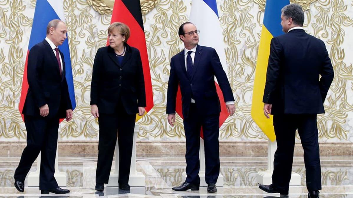Vladimir Putin, Angela Merkel, François Hollande ja Petro Porošenko järjestäytyvät yhteiskuvaan Minskissä.