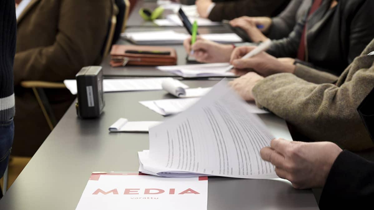 Toimittajia SDP:n  puoluehallituksen  kokouksessa Helsingissä.