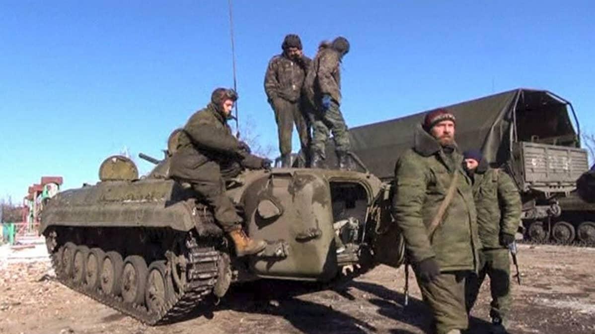 viisi sotilasta ja panssarivaunu