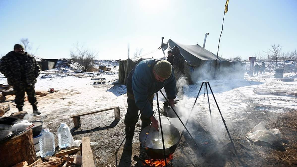 Ukrainalaisjoukkojen sotilaat kokkaavat lähellä Debaltseveä.