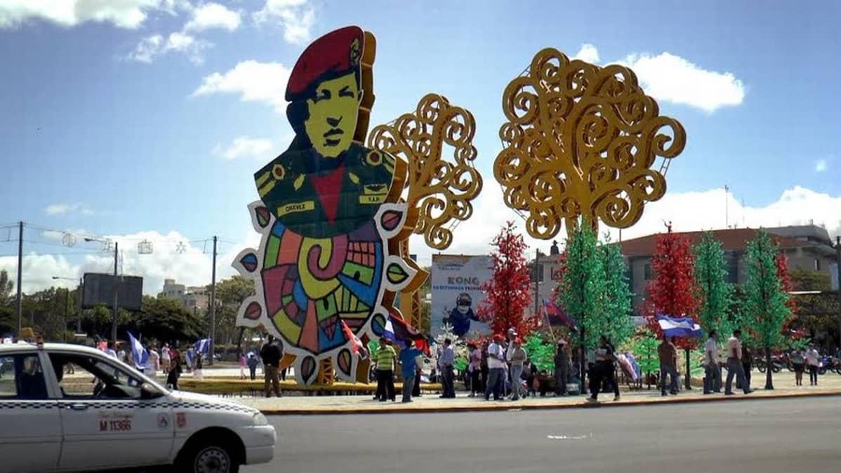 Hugo Chavez on vahvasti läsnä Managuassa. Illalla liikenneympyrä on komeasti valaistu.