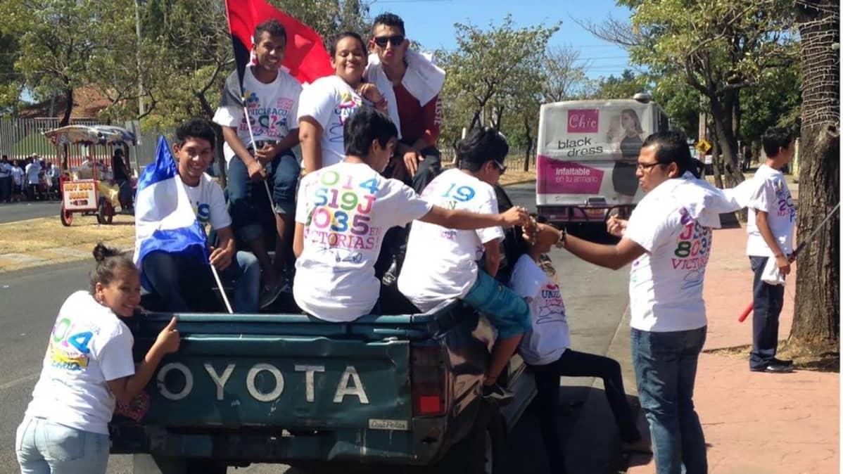Sandinistipuolueen nuoriso on saanut t-paidat lahjaksi puolueelta.