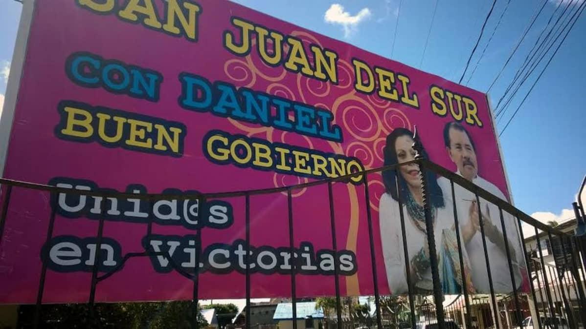 Ortegan ja hänen puolisonsa kuvia on kaikkialla Nicaraguassa. Tässä kehutaan San Juan del Surin hyvää, Danielin kanssa hoidettua hallintotapaa.