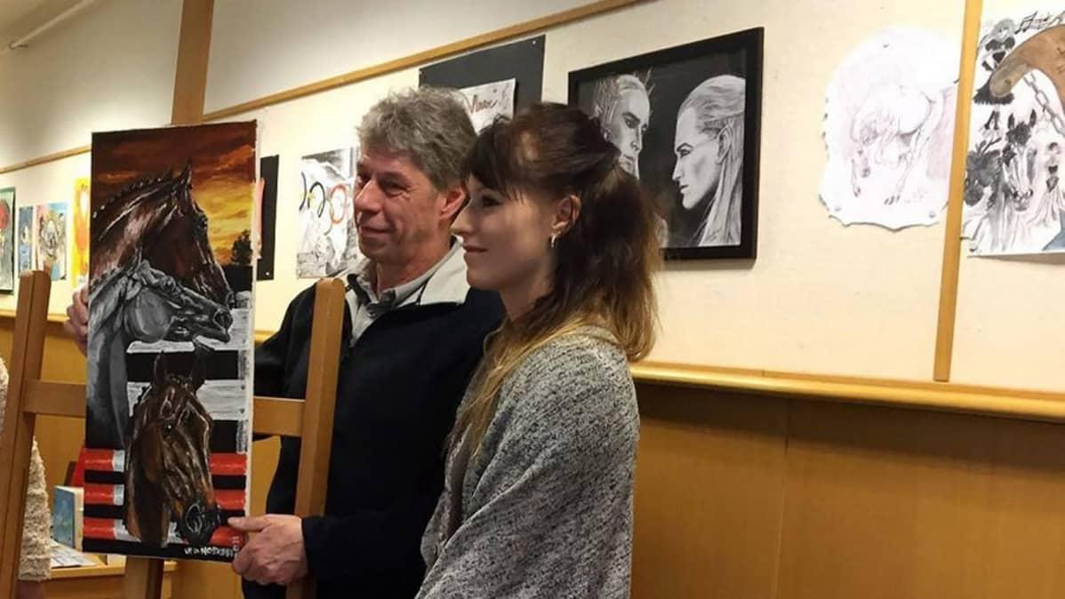 Isä Seppo Hoskari ja tytär Ida Hoskari, taustalla Idan taidetta