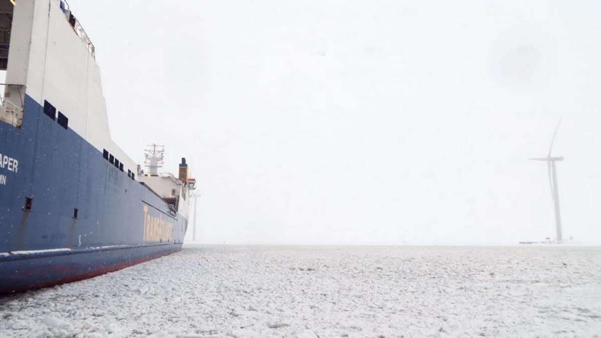 Laiva jään keskellä
