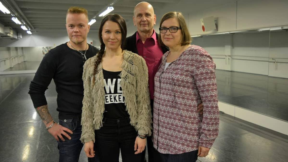 Tanssii tavisten kanssa -kilpailijat Sami Tuomainen, Terhi Karjalainen, Martti Komulainen ja Jaana Sankilampi poseeraavat.