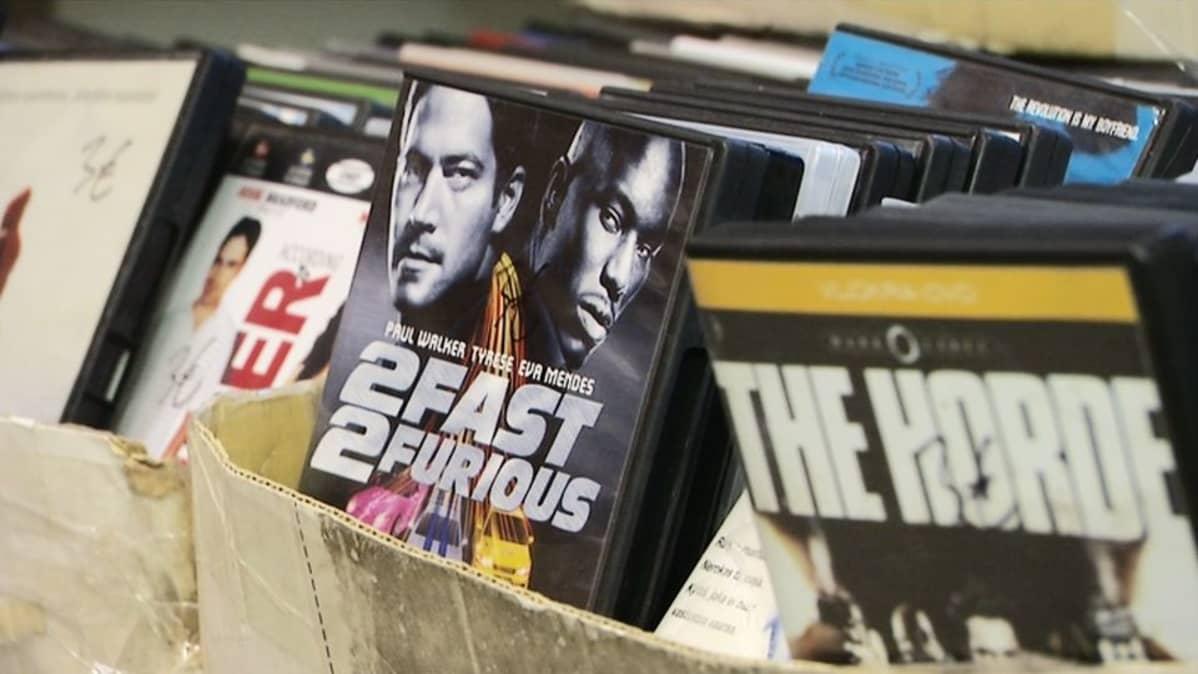 Dvd-levyjä laareissa.